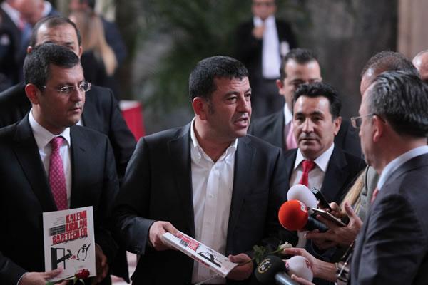 Özgür ÖZEL : Şimdi Kemiği Kırık Gazeteciler Var
