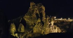 Dünyanın En Büyük Peri Bacası Bir Saat Karanlığa Büründü